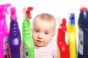 Aufpassen: Baby will mit Putzmittel spielen